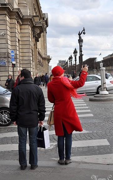 ~ 1 ~ La photographe en rouge