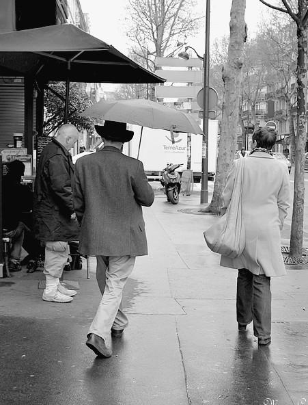 L'homme au parapluie et au chapeau